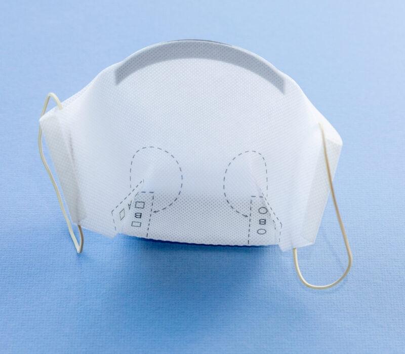 """Atmungsaktiv, bequem und sicher: Die Mund-Nasen-Masken der Schreiner Group erlauben durch ihre """"Schnabelform"""" angenehmes Atmen und verständliches Sprechen."""