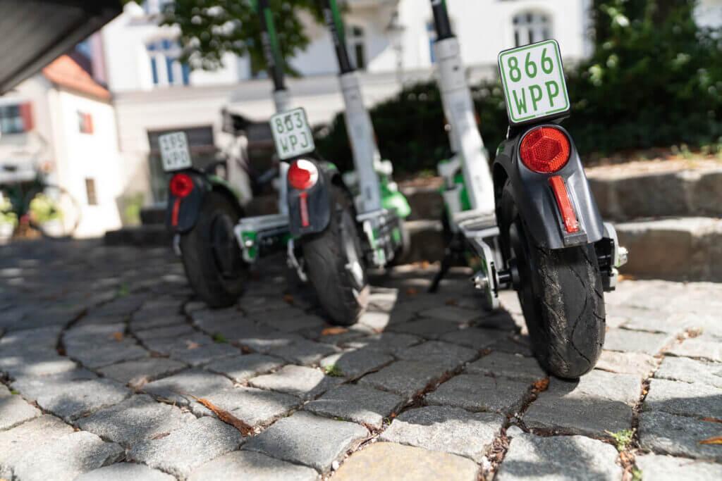 Klebekennzeichen für E-Scooter ermöglichen eine einfache und saubere Montage.